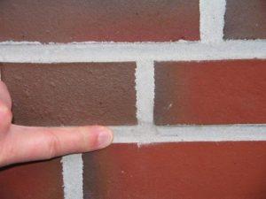 Logo-Mauerwerk Sichtbarkeit der Löcher